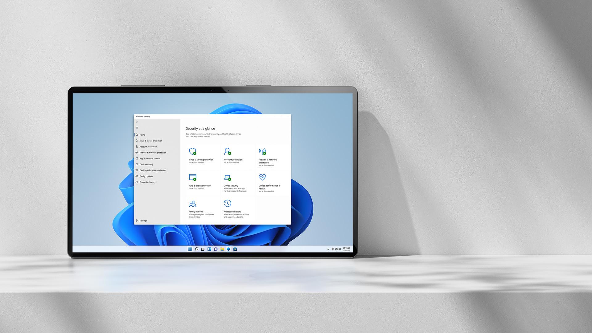 安全性概覽視窗與背景的 Windows 11 花朵
