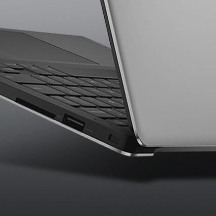 部分闔上的 Windows 10 電腦