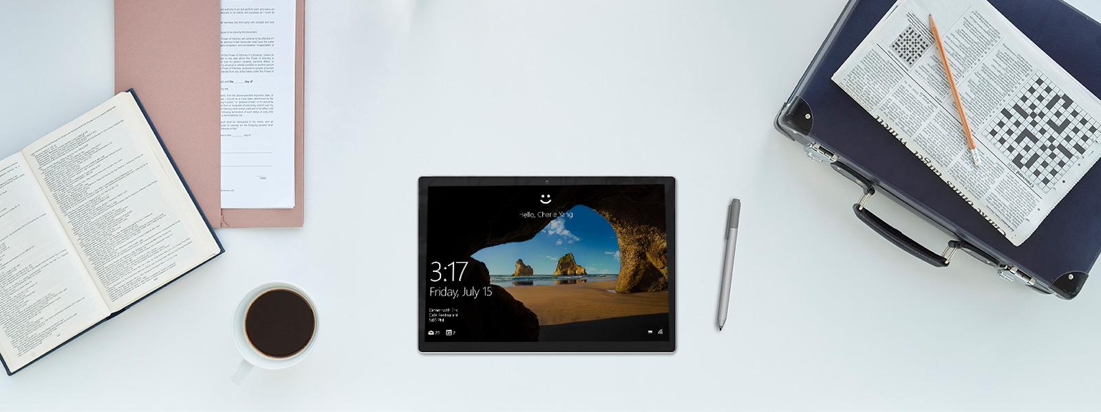 桌上放著 Surface Pro 4 平板電腦和 Surface 手寫筆的鳥瞰圖。