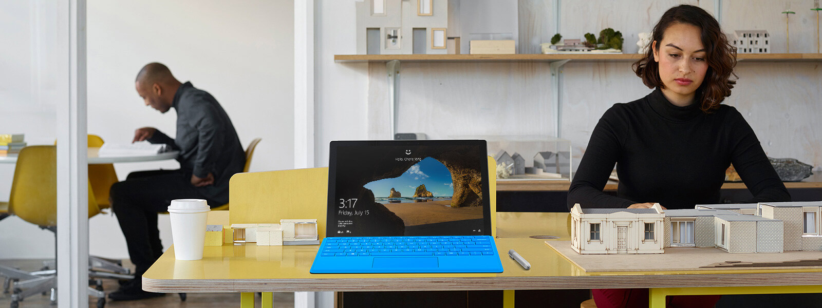 桌上放著 Surface Pro 4 與 Surface 手寫筆。