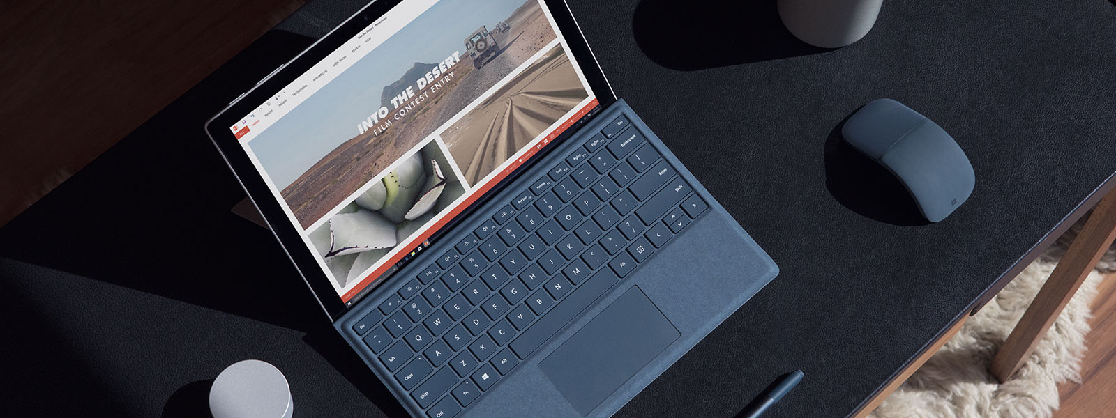 Surface Pro 在木桌上。