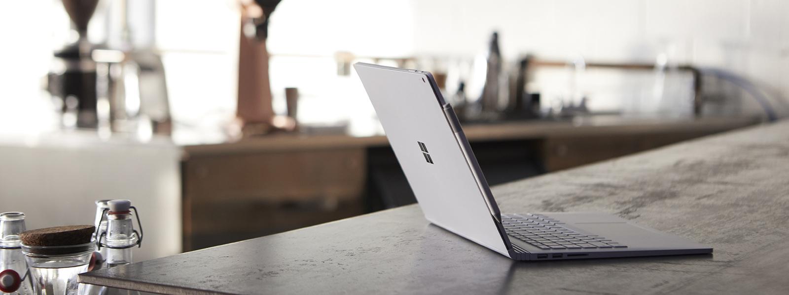桌上放著 Surface Book 2 與 Surface 手寫筆