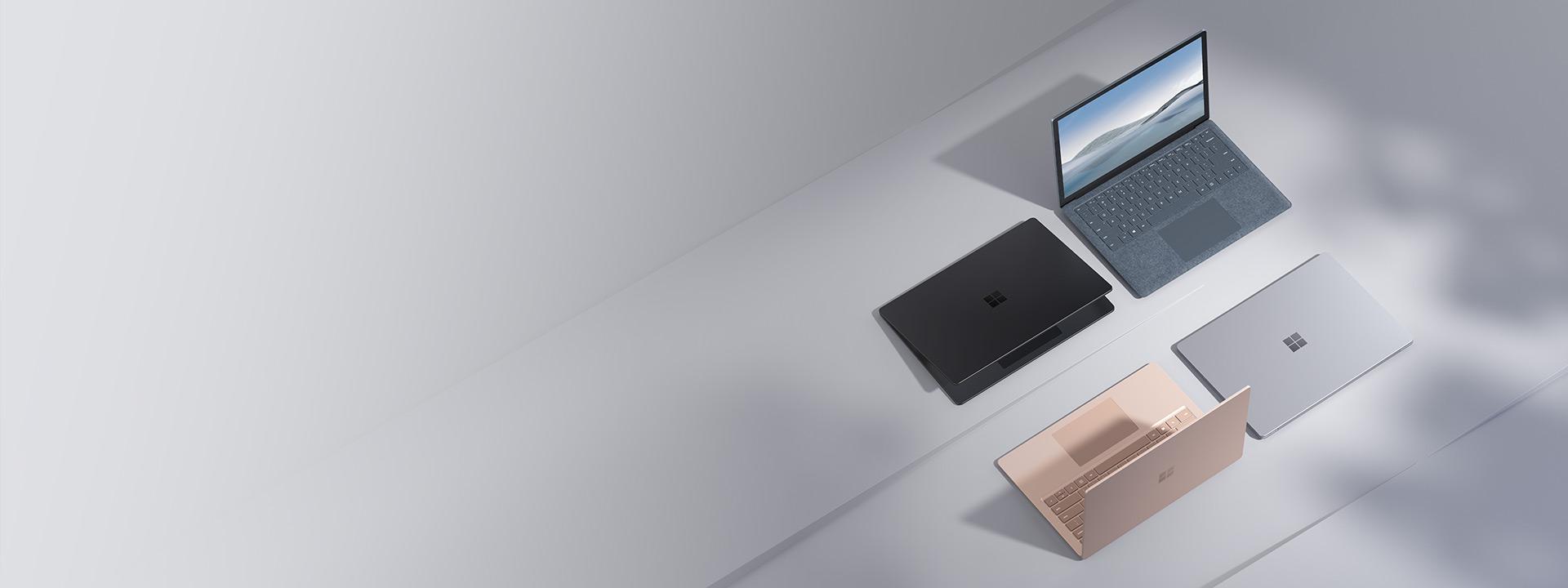 從上方順時針展示 Alcantara 冰雪藍、白金色、沙岩色和霧黑色的 Surface Laptop 4。