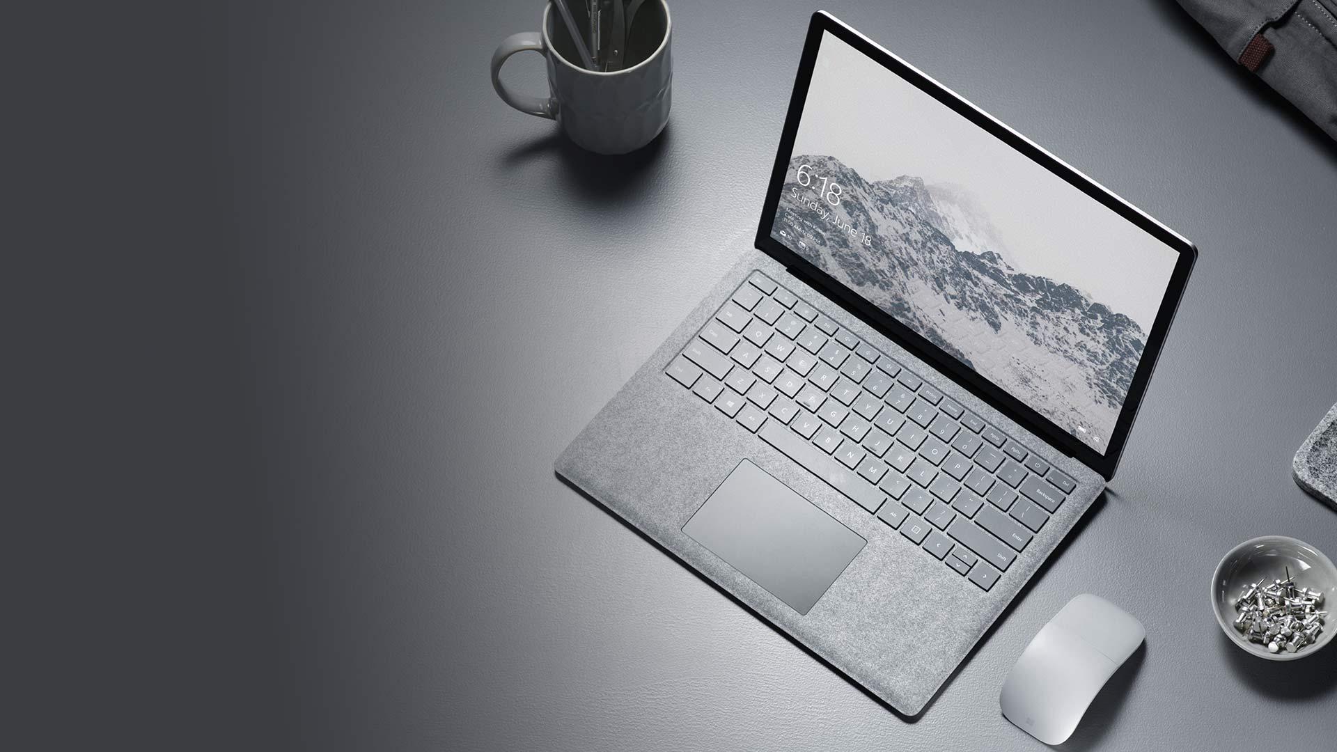 Surface Laptop 放在桌面上