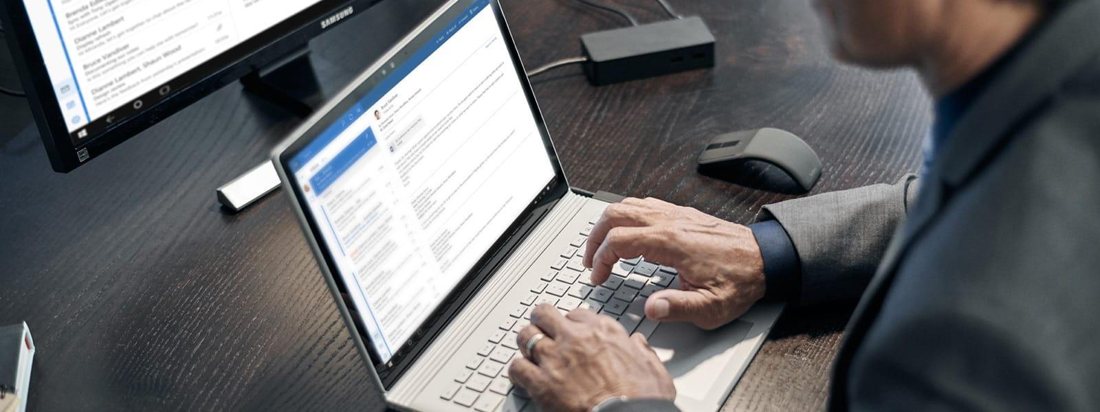 正以安全的方式查看電子郵件的商人