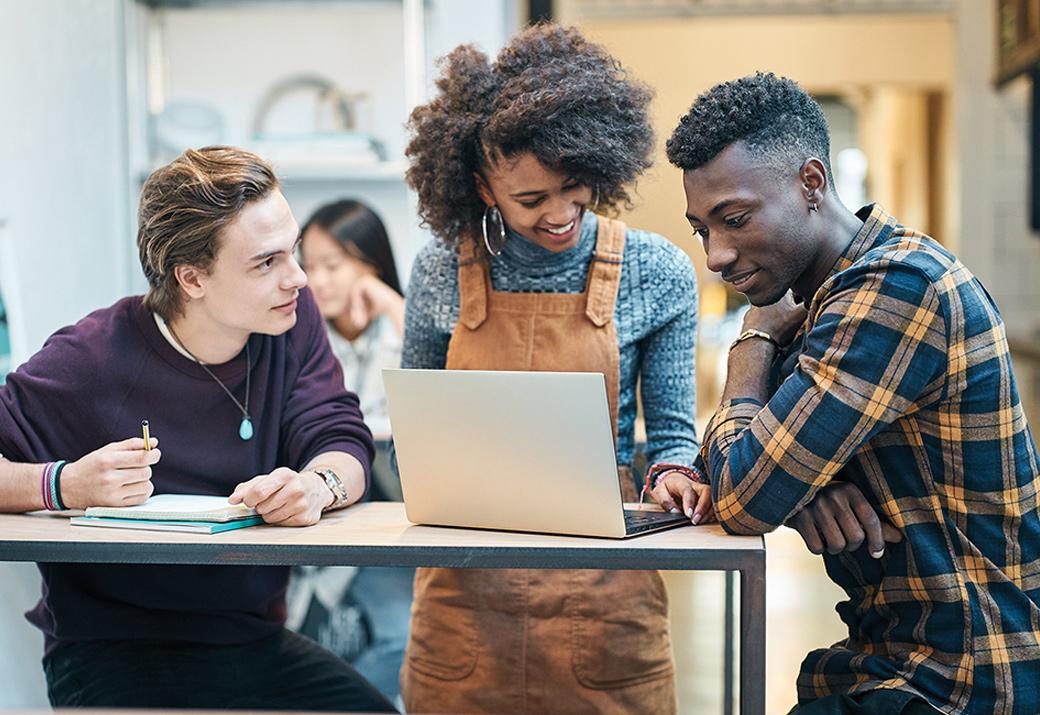 3 位學生與筆記型電腦