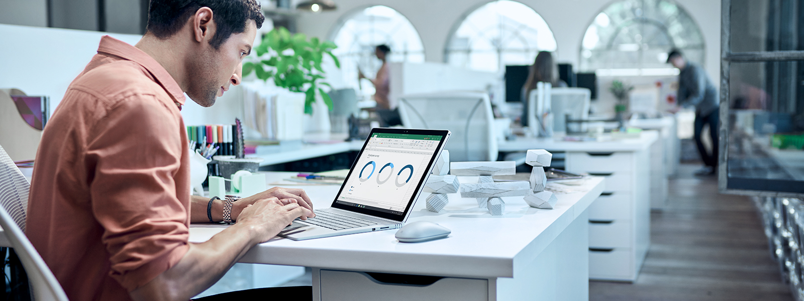 男人在筆記型電腦上檢閱圖表