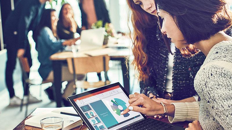 兩位專業人士正在使用 Surface Pro